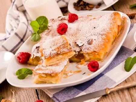 Наложена сладка баница от готови кори с крем пудинг ванилия - снимка на рецептата